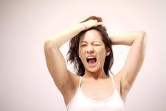 Senhora chinesa asiática que boceja após acordar Fotos de Stock