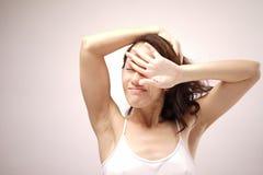Senhora chinesa asiática que boceja após acordar Imagem de Stock Royalty Free