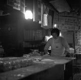 Senhora chinesa que prepara bolinhas de massa na cozinha de um restaurante em Taiwan, tiro com o filme preto e branco análogo fotos de stock royalty free