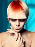 Senhora com cabelo branco-vermelho Fotos de Stock Royalty Free