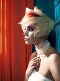 Senhora com cabelo branco-vermelho Foto de Stock
