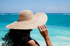 Senhora com chapéu que olha fixamente no mar Imagens de Stock Royalty Free