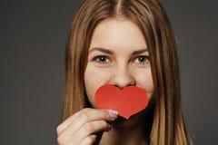 Senhora com coração de papel Imagens de Stock Royalty Free