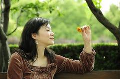 Senhora com flor Foto de Stock Royalty Free