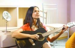 Senhora com guitarra Foto de Stock Royalty Free