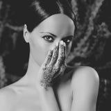 Senhora com o mehendi pintado das mãos fotografia de stock royalty free