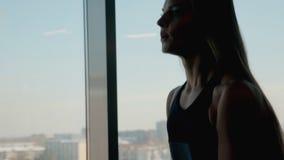 Senhora com peso no abdominal das mãos no centro do gym filme