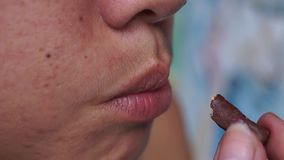 A senhora come o pão da vara do chocolate vídeos de arquivo