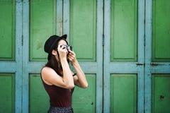 Senhora Concept da menina do turista da viagem da fotografia do viajante Imagens de Stock Royalty Free