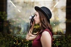 Senhora Concept da menina do turista da viagem da fotografia do viajante Fotos de Stock