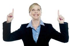 Senhora corporativa que aponta para cima com ambas as mãos fotos de stock