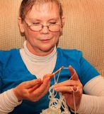 Senhora Crocheting foto de stock