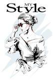 Senhora da forma Retrato bonito da mulher nova Mulher da forma nos óculos de sol Menina à moda esboço Imagens de Stock