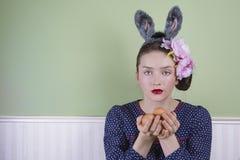 Senhora da Páscoa que guarda ovos Foto de Stock