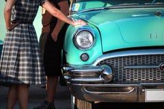 Senhora de Buick do vintage no festival dos anos 50 imagem de stock royalty free