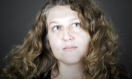 Senhora de cabelo Curly Looking Acima Fora Câmera Fotos de Stock Royalty Free