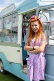Senhora de cabelo do gengibre que está com a camionete do gelado do vintage fotografia de stock