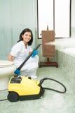 Senhora de limpeza com a máquina do vapor, logotipos removida Fotos de Stock
