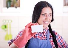 Senhora de limpeza que mostra o businesscard Fotos de Stock