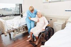 A senhora de nutrição ocupa da mulher idosa com cadeira de rodas fotos de stock royalty free