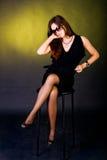 Senhora de Sitted no vestido preto Fotografia de Stock Royalty Free