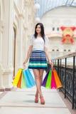 Senhora de sorriso feliz completo com muitos sacos de compras coloridos das lojas extravagantes Fotos de Stock Royalty Free