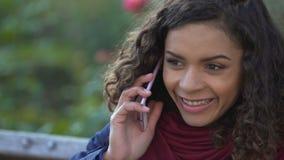 Senhora de sorriso no humor elevado que chama a família para compartilhar da boa notícia, close-up da cara filme
