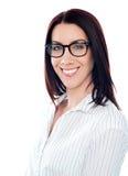 Senhora de sorriso nos eyeglasses, tiro do negócio do close up Fotos de Stock