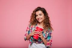 Senhora de sorriso nos vidros 3d que bebe a cola isolada sobre o rosa Fotos de Stock