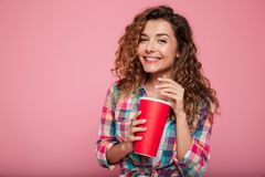 Senhora de sorriso nos vidros 3d que bebe a cola isolada sobre o rosa Foto de Stock