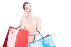 A senhora de sorriso que guarda a fatura dos sacos de compras chama-me gesto Imagem de Stock Royalty Free