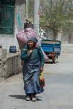 Senhora de trabalho dura na vila de Jiuzhaigou em China imagem de stock royalty free
