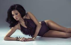 Senhora do cabelo escuro com corpo surpreendente Fotos de Stock Royalty Free