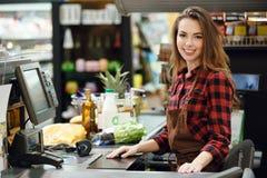Senhora do caixa no espaço de trabalho na loja do supermercado foto de stock royalty free
