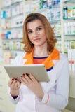 Senhora do farmacêutico com tabuleta fotos de stock royalty free