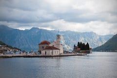 Senhora do krpjela de Gospa od Ådas rochas, monastério da ilha, baía de foto de stock royalty free