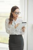 Senhora do negócio com tabuleta digital Fotos de Stock