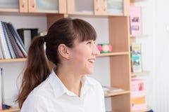 Senhora #37 do negócio Menina bonita nova no escritório com originais Imagem de Stock