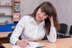 Senhora #37 do negócio Menina bonita nova no escritório com originais Mulher de negócio com um olhar bonito Retrato fêmea bonito  fotografia de stock