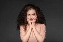 Senhora do penteado da mulher do cabelo encaracolado com cabelo moreno longo imagens de stock royalty free