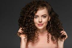 Senhora do penteado da mulher do cabelo encaracolado com cabelo moreno longo fotografia de stock