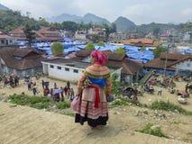 Senhora do tribo de Hmong da flor no mercado de Bac Ha, Vietname Fotografia de Stock