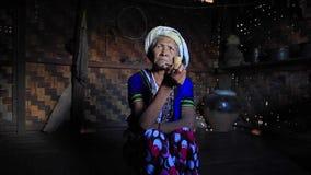 Senhora do tribo de Muun em sua cozinha video estoque