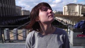 A senhora do turista anda e olha atrações na cidade de Bruxelas Bélgica video estoque