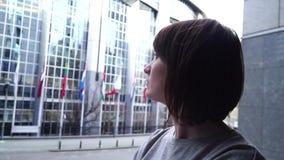 A senhora do turista anda e olha atrações perto do Parlamento Europeu em Bruxelas bélgica Movimento lento video estoque