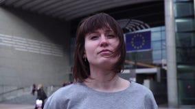 A senhora do turista anda e olha atrações perto do Parlamento Europeu em Bruxelas bélgica Movimento lento Dolly Zoom filme
