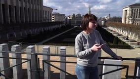 A senhora do turista olha atrações na cidade de Bruxelas Bélgica filme