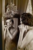 senhora dos anos 20 no espelho Fotos de Stock Royalty Free