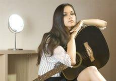 Senhora e guitarra Fotos de Stock
