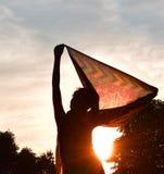 A senhora e o sol bonito iluminam-se no feriado da noite Fotos de Stock